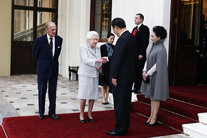 Visiting Chinese President Xi Jinping and his wife Peng Liyuan bid farewell to Queen Elizabeth II and Duke of Edinburgh at Buckingham Palace on Thursday of October 22 before their trip to Manchester. Xi expressed his sincere appreciation for the hospitality and thoughtful arrangement made by the royal family.